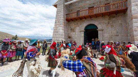 Restauran templo colonial y capilla de estructuras similares a muros Inca