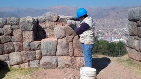 Restauran piedras de muro inca que se desprendieron de sitio arqueológico de Cusco
